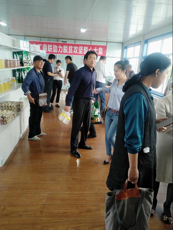 市工商联率领会员企业到巴彦县开展助力脱贫攻坚爱心大集现场消费扶贫活动
