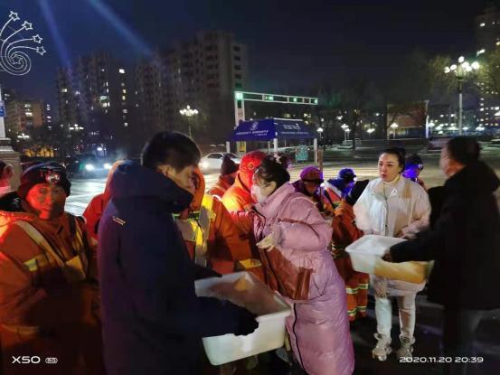 阿城区工商联会员慰问迎战暴风雪环卫工人